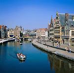 Belgium, Oost Vlaanderen, Ghent: Boat trip along Graslei | Belgien, Ostflandern, Gent: die Graslei, Uferstraße im alten Hafen mit historischen Giebelhaeusern