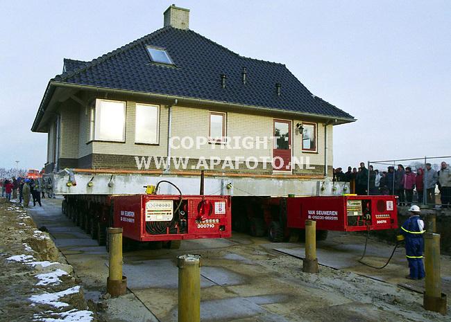 Lent 221299  foto:Koos Groenewold `<br />Voorzichtig wordt het 300 ton zware huis op z`n nieuwe fundament gezet.