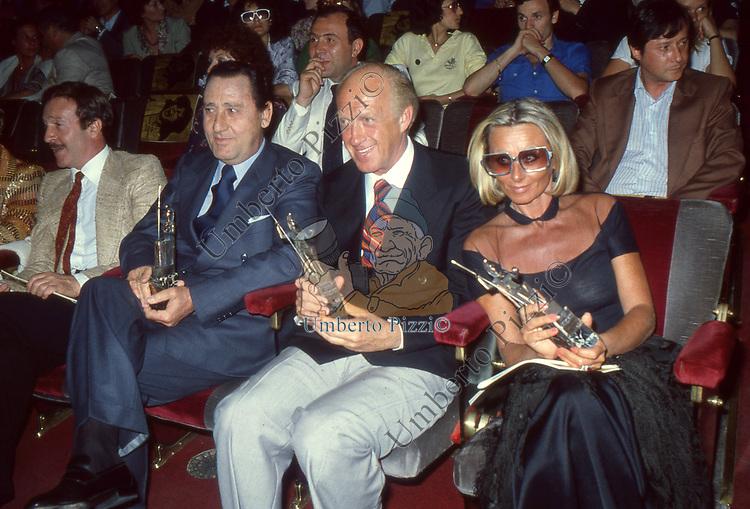 ALBERTO SORDI CON RAIMONDO VIANELLO E SANDRA MONDAINI<br /> PREMIO ANNA MAGNANI - TEATRO SISTINA ROMA 1978