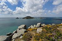 Blick auf die Inseln Jethou. Crevichin und Grande Fauconiére vom Point Sauzbourge, Insel Herm, Kanalinseln