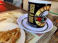 Taza de Guns n roses en el Cafe Cele.