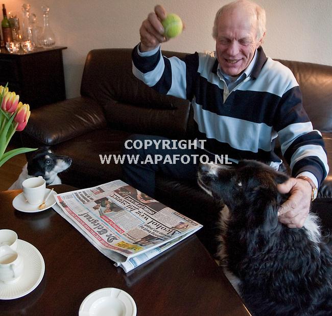 Schaijk, 040209<br /> Ex bokser Rudy Lubbers heeft weer onderdak. Hij zit er warmpjes bij en drink koffie uit een zeer klein kopje, vergeleken met zijn grote boksershand.<br /> Foto: Sjef Prins - APA Foto