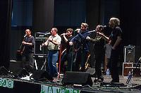 Groupe de chanteurs de configuration changeante et plutot vannetais.Fest-Noz contre l'implantation d'une décharge en foret de Broceliandre