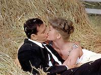 Prod DB © MGM / DR<br /> COMMENT DENICHER UN MARI (THE MATING GAME) de George Marshall 1959 USA<br /> avec Tony Randall et Debbie Reynolds<br /> couple, foin, embrasser, amour, sexe, aventure, adultere<br /> d'apres un roman de H. E Bates