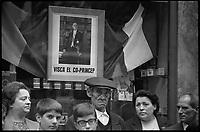 Andorre. 23-24 Octobre 1967. Vue d'un groupe de personnes devant le portrait du Général De Gaulle.