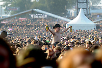 Wacken Open Air 2011 - WOA im beschaulichen Ort Wacken in Norddeutschland - 85 000 Fans der lauteren Töne pilgern zu ihrem Mekka nach Wacken - alle Größen des Heavy Metal Universums geben sich die Ehre - im Bild: Fan in der Masse vor der Bühne. Foto: aif / Norman Rembarz..Jegliche kommerzielle wie redaktionelle Nutzung ist honorar- und mehrwertsteuerpflichtig! Persönlichkeitsrechte sind zu wahren. Es wird keine Haftung übernommen bei Verletzung von Rechten Dritter. Autoren-Nennung gem. §13 UrhGes. wird verlangt. Weitergabe an Dritte nur nach  vorheriger Absprache. Online-Nutzung ist separat kostenpflichtig..