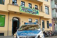 Ca. 50 Fluechtlinge und Unterstuetzer haben am Mittwoch den 17. September 2014 die Parteizentrale von Buendnis 90/Die Gruenen in Berlin besetzt. Sie forderten, dass die Vertreter von Gruenen Landesregierungen am Freitag den 19. September 2014 in der Sitzung des Bundesrates gegen die weitere Verschaerfung des Asylrechts stimmen. Die Verschaerfung wuerde nach Aussagen von Besetzern auf einer kurzfristig einberufenen Pressekonferenz, die faktische Abschaffung des Asylrechts bedeuten.<br /> Die Mitarbeiter und die Parteifuehrung solidarisierten sich mit dem Anliegen der Besetzer, wollten aber keine Zusage ueber das Abstimmungsverhalten im Bundesrat machen. Die Polizei wurde von den Hausherren nicht an das Gebaeude gelassen und auch eine Raeumung durch die Polzei wurde abgelehnt. Die Polizei hielt sich daraufhin zurueck.<br /> Die Parteichefin Simone Peters lud die Besetzer nach deren Pressekonferenz zu einem Gespraech und diskutierte mit ihnen.<br /> 17.9.2014, Berlin<br /> Copyright: Christian-Ditsch.de<br /> [Inhaltsveraendernde Manipulation des Fotos nur nach ausdruecklicher Genehmigung des Fotografen. Vereinbarungen ueber Abtretung von Persoenlichkeitsrechten/Model Release der abgebildeten Person/Personen liegen nicht vor. NO MODEL RELEASE! Don't publish without copyright Christian-Ditsch.de, Veroeffentlichung nur mit Fotografennennung, sowie gegen Honorar, MwSt. und Beleg. Konto: I N G - D i B a, IBAN DE58500105175400192269, BIC INGDDEFFXXX, Kontakt: post@christian-ditsch.de<br /> Urhebervermerk wird gemaess Paragraph 13 UHG verlangt.]