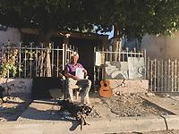 Un joven vaquero al amanecer con su fogata , dibujos y su guitarra en la acera de la colonia Progresista. Pelio