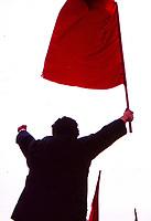 Turchia Istanbul 1 maggio 1997 Manifestazione Uomo esulta con pugno chiuso e bandiera rossa