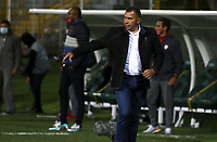 BOGOTA - COLOMBIA, 05-12-2020: Harold Rivera técnico del Santa Fe gesticula durante el partido entre La Equidad e Independiente Santa Fe por la semifinal ida como parte de la Liga BetPlay DIMAYOR 2020 jugado en el estadio Estadio Metroplitano de Techo de la ciudad de Bogotá. / Harold Rivera coach of Santa Fe gestures during match between La Equidad and Independiente Santa Fe for the first leg semifinal match as part BetPlay DIMAYOR League 2020 played at Metropolitano de Techo stadium in Bogota city. Photo: VizzorImage / Daniel Garzon Erazo / Cont