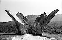Tjentište (Foča), monumento di commemorazione della battaglia della Sutjeska, combattuta durante la seconda guerra mondiale tra i tedeschi e i partigiani jugoslavi guidati da Tito --- Tjentište (Foča), monument commemorating the Battle of Sutjeska in South West Bosnia between the Yugoslav Partisans led by Tito and the German Occupation forces in World War 2