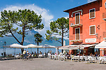 Italy, Veneto, Lake Garda, Torri del Benaco: café at Piazza Umberto I. | Italien, Venetien, Gardasee, Torri del Benaco: Café an der Piazza Umberto I.