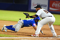 BARRANQUILLA - COLOMBIA, 30-11-2019: Jorge Martinez de Gigantes y Arelis Rodriguez de Vaqueros durante partido entre Gigantes de Barranquilla y Vaqueros de Montería como parte de La Liga Profesional de Béisbol Colombiano 2019/2020 jugado en el estadio Edgar Renteria de Barranquilla. / Jorge Martinez of Gigantes and Arelis Rodriguez of Vaqueros during match between Gigantes de Barranquilla and Vaqueros de Monteria as part of Colombian Professional Baseball League 2019/2020 played at Edgar Renteria stadium in Barranquilla city. Photo: VizzorImage / Alfonso Cervantes / Cont
