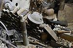 """Foto: VidiPhoto<br /> <br /> ROMAGNE – Bij de Slag om Verdun in 1916 tijdens de Eerste Wereldoorlog, is er zoveel oorlogsmaterieel achtergebleven, dat de akkers en bossen er nu nog mee bezaaid liggen. Dat trekt jaarlijks tienduizenden verzamelaars naar de voormalige oorlogsvelden, onder wie opmerkelijk veel Nederlanders. Officieel is het verboden oorlogsrestanten op te graven of te zoeken, mede vanwege ontploffingsgevaar. Wie betrapt wordt kan een boete krijgen van 7200 euro. Volgens de Nederlandse museumeigenaar Jean-Paul de Vries van museum Romagne '14-'18, wordt er """"goudgeld"""" betaald voor bijzondere vondsten. Een puntgave Duitse helm uit de eerste periode van de """"Great War"""", zoals de Eerste Wereldoorlog internationaal bekend staat, 'doet' al snel 1250 euro. Zelf zoekt hij al 42 jaar naar bodemvondsten met toestemming van grondeigenaren. Een deel daarvan wordt verkocht en een ander deel wordt in zijn museum geëxposeerd. Het laatste jaar krijgt hij veel -illegale- concurrentie van Polen, die verwachten snel rijk te worden. Dit jaar trekt Verdun en omgeving meer bezoekers dan ooit. In november is het namelijk precies 100 jaar geleden dat de wapenstilstand werd getekend tussen de geallieerden (Triple Entente) en de Centrale Mogendheden. De Eerste Wereldoorlog eiste 8,5 miljoen levens. Foto: Gevonden resten uit de Eerste Wereldoorlog, te zien in museum Romagne '14-'18."""