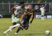 PALMIRA - COLOMBIA, 28-11-2020: Jhojan Valencia del Cali disputa el balón con Hansel Zapata del Equidad durante partido entre Deportivo Cali y La Equidad por los cuartos de final vuelta de la Liga BetPlay DIMAYOR 2020 jugado en el estadio Deportivo Cali de la ciudad de Palmira. / Jhojan Valencia of Cali vies for the ball with Hansel Zapata of Equidad during match between Deportivo Cali and La Equidad for the second leg quarter-final as part of BetPlay DIMAYOR League 2020 played at Deportivo Cali stadium in Palmira city.  Photo: VizzorImage / Gabriel Aponte / Staff