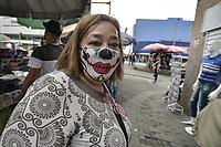 CALI - COLOMBIA, 01-06-2020: Una mujer  viste una máscara de payaso hoy lunes en la reactivación del comercio con protocolos de bioseguridad en Cali durante el día 69 de la cuarentena total obligatoria en el territorio colombiano causada por la pandemia  del Coronavirus, COVID-19. / A woman wears a clown mask today Monday in the reivival of trade with biosafety protocols in the center of the city of Cali during the day 69 of mandatory total quarantine in Colombian territory caused by the Coronavirus pandemic, COVID-19. Photo: VizzorImage / Gabriel Aponte / Staff