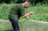 Fischer repariert Netz auf der kurischen Nehrung, Litauen, Europa