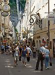 Oesterreich, Salzburger Land, Salzburg: Einkaufsbummel durch die Getreidegasse | Austria, Salzburger Land, Salzburg: window shopping at Getreidegasse