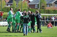 KSV Pittem - GD Ingooigem : feestvreugde bij spelers en supporters van de Groene Duivels Ingooigem na het winnen van pittem en de kampioenstitel.foto VDB / BART VANDENBROUCKE