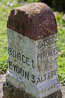 Europe, France, Aquitaine, Pyrénées-Atlantiques, Béarn, Vallée d'Aspe, Etsaut, Ancienne Borne kilométrique  // Europe, France, Aquitaine, Pyrenees Atlantiques, Bearn, Aspe valley, Etsaut: Old Milestone