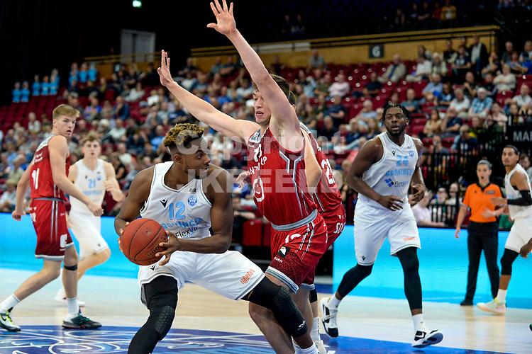 GRONINGEN - Basketbal , Open Dag met Donar - Antwerp Giants , voorbereiding seizoen 2021-2022, 05-09-2021,  Donar speler Amanze Egekeze met Niels de Ridder