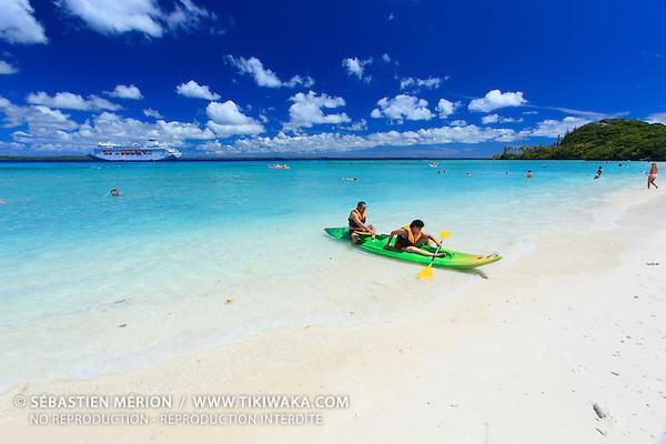 Croisiéristes australiens en escale aux îles Loyauté (Nouvelle-Calédonie) plage de Easo, Lifou