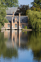 Belgique, Flandre Occidentale, Bruges, maison de l'éclusier du XVIe siècle au bout du lac Minnewater // Belgium, Western Flanders, Bruges, lock keeper's house at the end of the 16th century at the end of Lake Minnewater