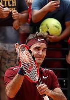Lo svizzero Roger Federer saluta il pubblico nel corso degli Internazionali d'Italia di tennis a Roma, 11 maggio 2016.<br /> Switzerland's Roger Federer greets fans after defeating Germany's Alexander Zverev at the Italian Open tennis tournament, in Rome, 11 May 2016.<br /> UPDATE IMAGES PRESS/Isabella Bonotto