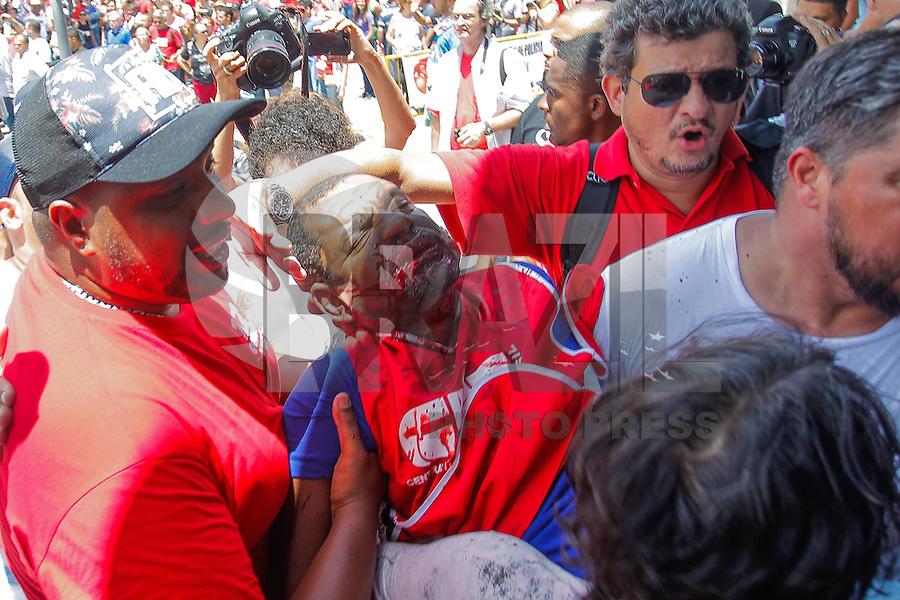 SÃO PAULO, SP - 17.02.2016: PROTESTO-SP - Manifestante ferido em tumulto no protesto de grupos pró e contra o ex-presidente Luiz Inácio Lula da Silva, em frente ao Fórum da Barra Funda , na região oeste da capital, onde Lula e sua mulher, Marisa Letícia, deporiam na manhã desta quarta-feira (17). O Conselho Nacional do Ministério Público (CNMP) adiou o depoimento do casal sobre suposta propriedade de um apartamento no Guarujá, no litoral paulista. (Foto: Douglas Pingituro/Brazil Photo Press)