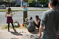 Mahnwache fuer Burak Bektas.<br /> Am Donnerstag den 5. Mai 2016 versammelten sich Angehoerige und Freunde des am 5. April 2012 ermordeten Burak Bektas in Berlin-Neukoelln an der Stelle, an der ein Unbekannter ihn 2012 erschossen hat. Der Unbekannte schoss in der Nacht zum 5. April 2012 fuenfmal wortlos auf eine Gruppe von Jugendlichen. Der 22jaehrige Burak Bektas erlag noch am Tatort seinen Verletzungen, zwei seiner Freunde wurden lebensgefaehrlich verletzt.<br /> Die Familie von Burak und Freunde forderten nach ueber zwei Jahren angeblich erfolgloser Ermittlungen der Berliner Polizei Aufklaerung ueber die Ermittlungsarbeit und etliche Ungereimtheiten bei den Ermittlungen.<br /> Im Bild 2.vl.: Melek Bektas, die Mutter von Burak.<br /> 5.5.2016, Berlin<br /> Copyright: Christian-Ditsch.de<br /> [Inhaltsveraendernde Manipulation des Fotos nur nach ausdruecklicher Genehmigung des Fotografen. Vereinbarungen ueber Abtretung von Persoenlichkeitsrechten/Model Release der abgebildeten Person/Personen liegen nicht vor. NO MODEL RELEASE! Nur fuer Redaktionelle Zwecke. Don't publish without copyright Christian-Ditsch.de, Veroeffentlichung nur mit Fotografennennung, sowie gegen Honorar, MwSt. und Beleg. Konto: I N G - D i B a, IBAN DE58500105175400192269, BIC INGDDEFFXXX, Kontakt: post@christian-ditsch.de<br /> Bei der Bearbeitung der Dateiinformationen darf die Urheberkennzeichnung in den EXIF- und  IPTC-Daten nicht entfernt werden, diese sind in digitalen Medien nach §95c UrhG rechtlich geschuetzt. Der Urhebervermerk wird gemaess §13 UrhG verlangt.]