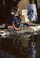 Europe/France/Auvergne/15/Cantal/Aurillac: Blanchisseuse ou lavandière sur les bords de la Jordanne [Non destiné à un usage publicitaire - Not intended for an advertising use] [<br /> PHOTO D'ARCHIVES // ARCHIVAL IMAGES<br /> FRANCE 1980