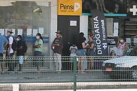 Rio de Janeiro (RJ), 29/04/2020 - Quarentena-Rio - Movimentacao nas filas na Caixa Economica na Vila da Penha zona norte do Rio de Janeiro nesta quarta-feira (29). Varias pessoas vieram para receber auxilio o emergencial de 600 reais, a Policia Militar foi acionada para conter fila que estava em desordem. (Foto: Celso Barbosa/Codigo 19/Codigo 19)