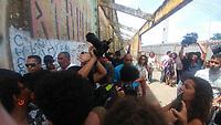 RECIFE, PE, 25.03.2019: PROTESTO-RECIFE - Iniciada a demolição dos galpões do Cais José Estelita no bairro, que liga os bairros do Cabanga e São José. A Prefeitura do Recife concedeu nesta manhã (25) a licença de demolição ao consórcio Novo Recife, o Movimento Ocupe Estelita principal movimento de oposição ao novo empreendimento já está no local com seus ativistas para tentar impedir o avanço da demolição, o consórcio pretende construir 13 prédios; o Levantamento arqueológico feito pelo instituto do Patrimônio Histórico e Artístico Nacional (IPHAN) foi finalizado na semana passada após a conclusão a construtora Moura Dubeux pediu a licença para demolição. As mobilizações do Movimento Ocupe Estelita começaram em 2012, contra as obras do consórcio Novo Recife. (Foto: Pedro de Paula/Código19)