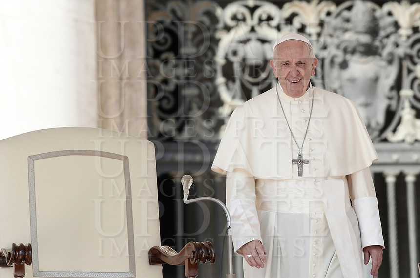 Papa Francesco arriva all'udienza generale del mercoledi' in Piazza San Pietro, Citta' del Vaticano, 4 ottobre, 2017.<br /> Pope Francis arrives to lead his weekly general audience in St. Peter's Square at the Vatican, on October 4, 2017.<br /> UPDATE IMAGES PRESS/Isabella Bonotto<br /> <br /> STRICTLY ONLY FOR EDITORIAL USE