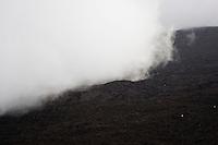 Ätna, Etna, Wolke, Wolken ziehen über die karge Vulkanlandschaft, Krater, Lavagestein, Lava, Vulkan, Italien, Sizilien, Mount Etna, volcano