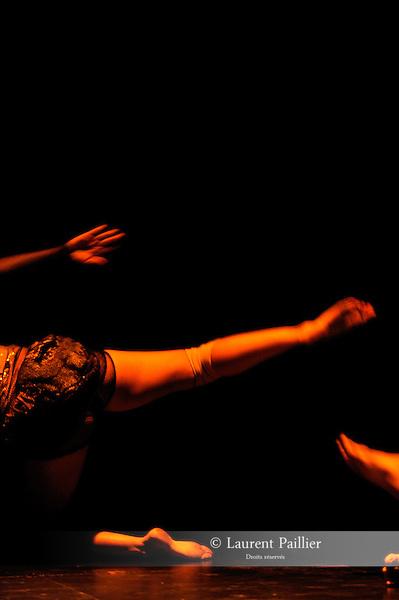 TROIS ETUDES DE SEPARATION..Lointain - Luisance - Lacis....Choregraphie : RICHARD Alban..Compagnie : ensemble l'Abrupt..Lumiere : SIGWARD Valerie..Costumes : PETITPIERRE Corine..Decors : ..Avec : CHOLET Melanie, FOSSATI Max, GIORDANO Laurie, ANGIBAUD Celine, LERAT David..Lieu : ENSATT..Cadre : Biennale de la danse de Lyon..Ville : Lyon..Le : 23 09 2010..© Laurent PAILLIER / www.photosdedanse.com ..All Rights reserved