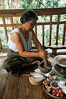 Thaïlande/Ile de Ko Samui/Lipanoi: Mme Hope Cherry prépare la base de la sauce de son curry: piments, citron vert & gingembre