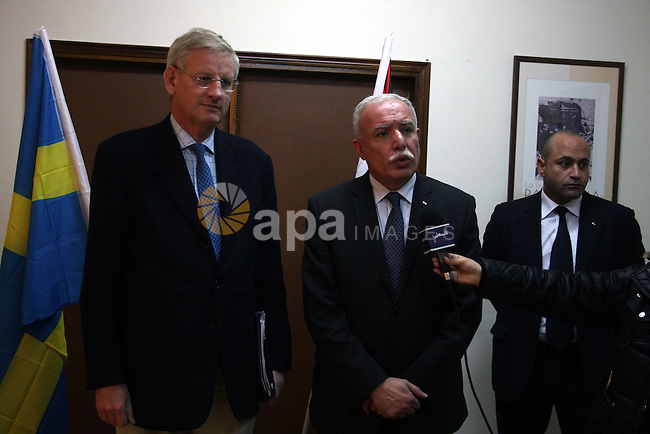 Palestinian Foreign Minister, Riyad al-Malki and Swedish Foreign Affairs Minister, Carl Bildt speaks to media after their meeting at the Palestinian Authority headquarters in the West Bank city of Ramallah on February 28, 2011. Photo by Issam Rimawi