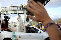 BOGOTÁ - COLOMBIA, 06-09-2017:  El Papa Francisco saluda a los habitantes de Bogotá a su llegada a Colombia. El Papa Francisco realiza la visita apostólica a Colombia entre el 6 y el 11 de septiembre de 2017 llevando su mensaje de paz y reconciliación por 4 ciudades: Bogotá, Villavicencio, Medellín y Cartagena. / Pope Francisco greet the public in Bogota during his arrive to Colombia. Pope Francisco makes the apostolic visit to Colombia between September 6 and 11, 2017, bringing his message of peace and reconciliation to 4 cities: Bogota, Villavicencio, Medellin and Cartagena Photo: VizzorImage / Inaldo Perez / Cont