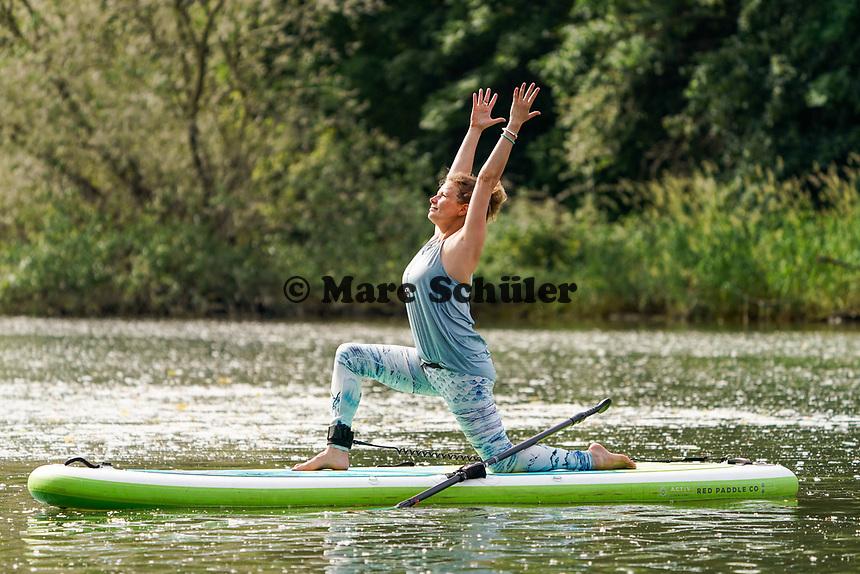 Lia Böhnke auf ihrem SUP-Board beim SUP-Yoga an der Mündung des Ginsheimer Altrheins - Ginsheim-Gustavsurg 20.06.2021: Stand-up Paddling
