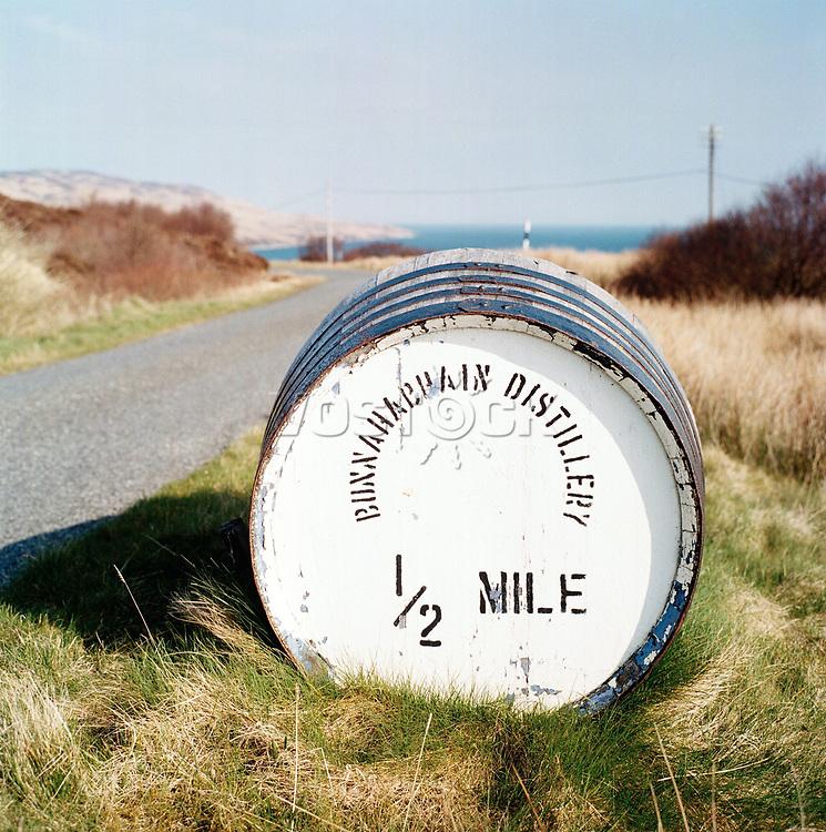 Schottland, Innere Hebriden, Islay, Whisky,  Wegweiser zur Bunnahabhain Destille auf Fass, Landstrasse, Europa, Grossbritannien, 04/2009; MF; (Bildtechnik: sRGB, 70.00 MByte vorhanden)<br /> <br /> English: Scotland, Inner Hebrides, Islay, whisky, sign for Bunnahabhain distillery written on barrel, road, Europe, Great Britain, April 2009