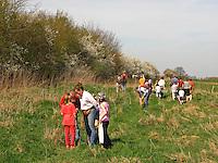 Kräuter im Frühjahr sammeln für Kräutersuppe und Wildgemüse - Salat, Wildkräuter, Familie, Kräutersammeln, Wiese, Exkursion