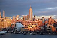 Blick auf das Empire State Building im Sonnenuntergang von der Norwegian Breakaway am Manhattan Cruise Terminal