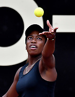 BOGOTÁ-COLOMBIA, 11-04-2019: Sachia Vickery de Estados Unidos, se prepara para servir Tamara Zidansek de Eslovenia, durante partido por el Claro Colsanitas WTA, que se realiza en el Carmel Club en la ciudad de Bogotá. / Sachia Vickery of United States, prepares to serves to Tamara Zidansek of Slovenia, during a match for the WTA Claro Colsanitas, which takes place at Carmel Club in Bogota city. / Photo: VizzorImage / Luis Ramírez / Staff.