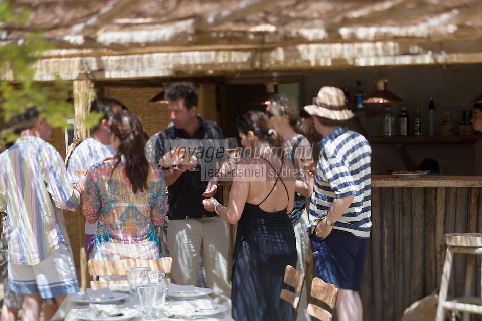 Europe/France/2A/Corse du Sud/ Murtoli: L'heure de l'apéritif au bar du Restaurant de  plage du Domaine de Murtoli dans la vallée de l'Ortolo  sur le Golfe de Roccapina- Les anciennes  bergeries ont étées transformées en maison d'hôtes - Hôtellerie de luxe