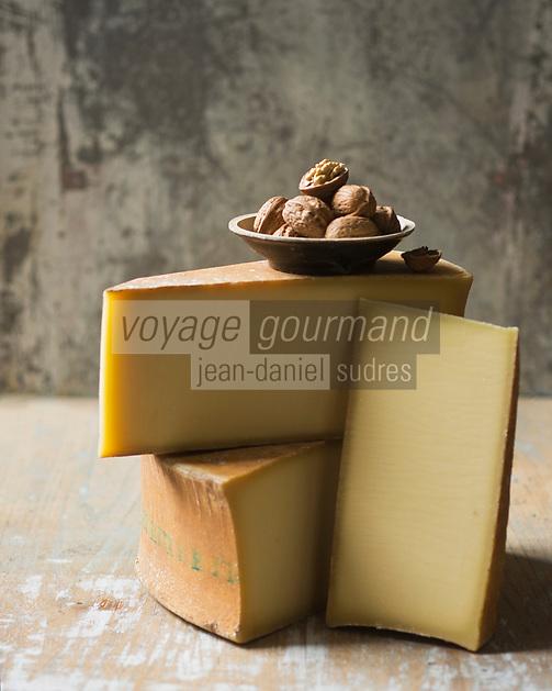 Europe/France/Rhone-Alpes/73/Savoie: Beaufort AOC -le fromage de base de la fondue savoyarde  - Stylisme Valérie Lhomme // <br /> Europe / France / Rhone-Alpes / 73 / Savoie: Beaufort AOC - the cheese of the Savoyard fondue - Stylisme Valérie Lhomme