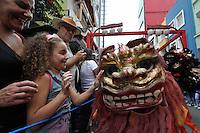 SÃO PAULO, SP, 21 DE JANEIRO DE 2012 - ANO NOVO CHINES - Comemoração do inicio do Ano Novo Chines (Ano do Dragão) na tarde deste sabado (21) realizado na bairro da Liberdade, centro de São Paulo. FOTO: LEVI BIANCO - NEWS FREE