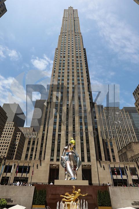 NEW YORK, NY, 15.06.2017 - ESCULTURA-ROCKEFELLER CENTER - A escultura de nylon inflável de pé alto é vista ao lado do Centro Rockefeller instalado por Jeff Koons que se eleva acima dos visitantes da icônica praça da cidade de Nova York. A bailarina sentada maior que a vida - ampliada da série de antiguidades dos artistas - refere-se simbolicamente a temas de beleza e conectividade, servindo como uma interpretação contemporânea da deusa mitológica venus no bairro de Manhattan em Nova York, Estados Unidos. (Foto: Vanessa Carvalho/Brazil Photo Press)