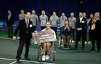 19-11-06,Amsterdam, Tennis, Wheelchair Masters, Winner 2006 Esther Vergeer receives the check from sponsor NEC