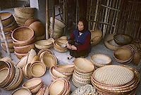Asie/Vietnam/env d'Hanoi/Vong Bi: le marché - étal de vannerie